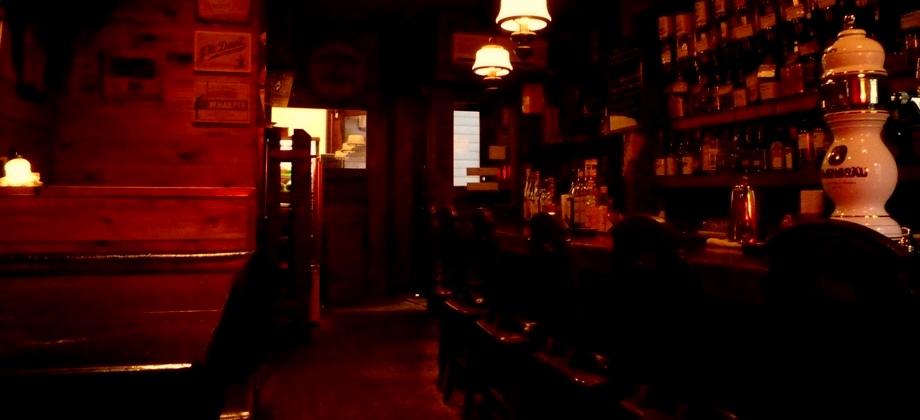 オーセンティック・バー『ゴードンズ・バー』店内。